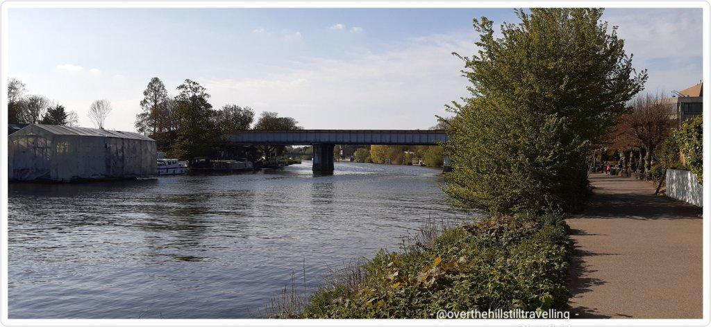 walking the thames path staines railway bridge